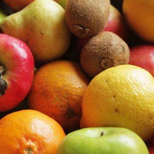 Caja grande de frutas variadas orgánicas